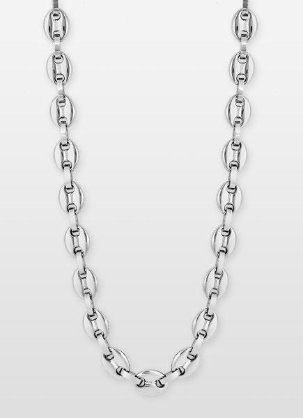 Un collier en métal façon chaîne
